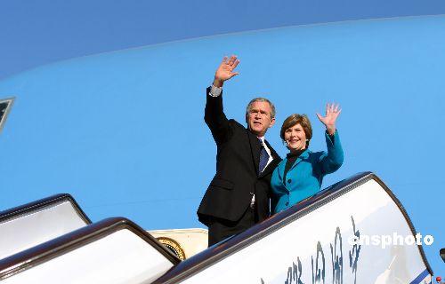 图:布什结束访华离京