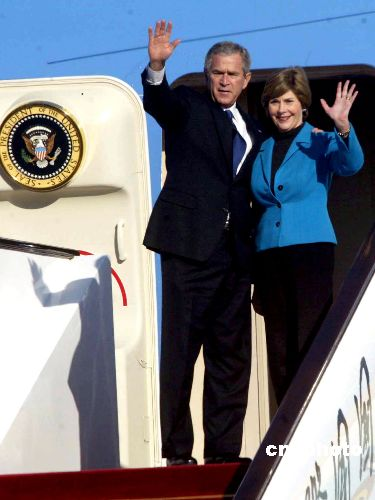 图:美国总统布什结束访华