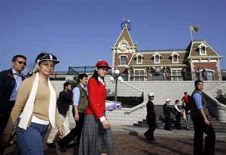 菲律宾总统阿罗约与家人游香港迪斯尼乐园(图)
