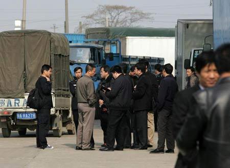 20台警车搜索围困作案车辆迅速落网警方正加紧追捕嫌犯