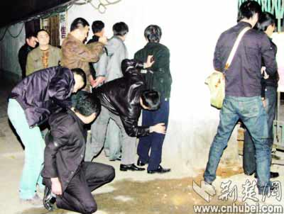 """武汉劫匪抢劫34万 大酒楼办""""庆功宴""""被抓(图)"""