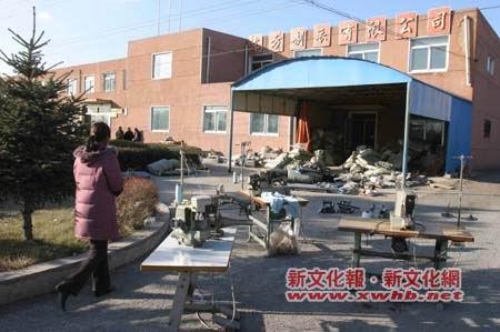 韩国老板拖欠工资几十万 工人无奈怒搬公司设备