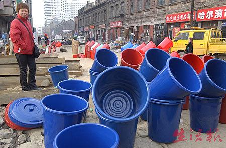 哈尔滨停水第二天水价回落 市民热衷外埠饮用水