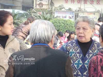组图:江西地震南昌市民聚集户外议论纷纷