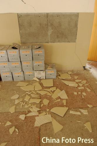图:江西九江地震 现场瓦砾成堆