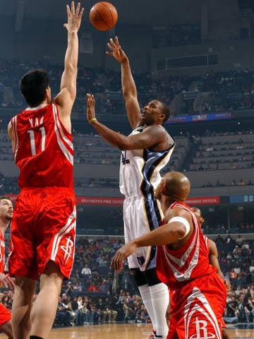 图文:NBA常规赛灰熊VS火箭 姚明上前封盖赖特