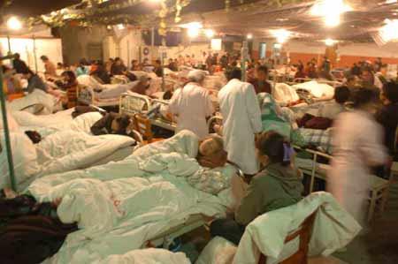 组图:江西九江地震 酒店停车场住满医院病人