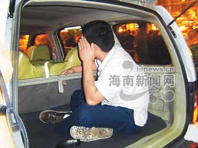 男子酒后开车拒绝检查 点燃摩托车烧向交警(图)