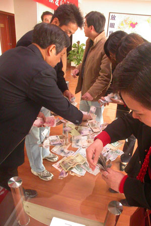 八方关爱飞向地震灾区 江西省红十字会街头募捐
