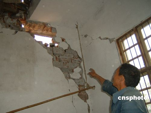 图:江西地震灾区部分民房严重受损
