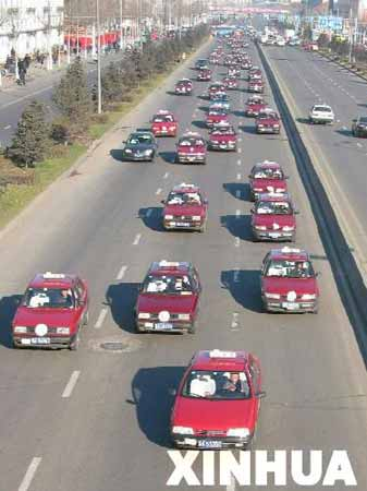 数百出租车送遇难的哥