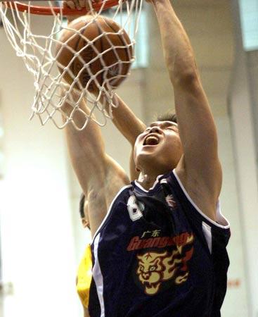 图文:东莞114比136负广东 朱芳雨在比赛中扣篮