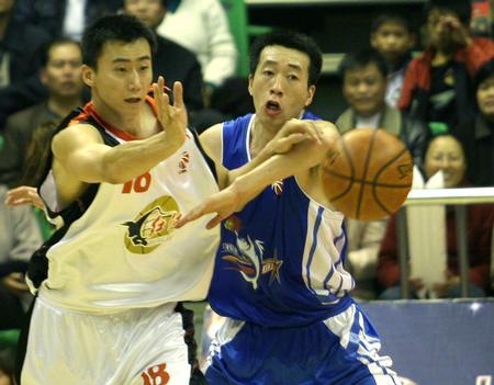 云南主场击败福建 贾楠在比赛中防守