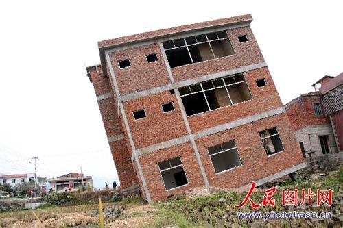 该房建筑面积近200平方米,是总高三层的框架式钢筋水泥结构房屋.