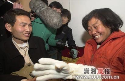 杨德超亲自为姐姐戴新手套 今将召开新闻发布会