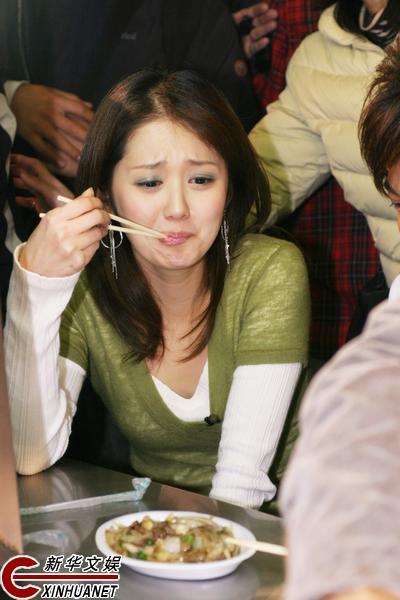 苏有朋张娜拉逛夜市 吃小吃遭路人围观(组图)