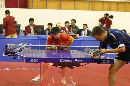 图文:乒联总决赛 中国小将马龙比赛中聚精会神