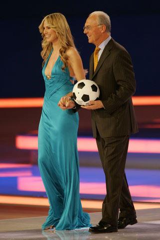 图文:世界杯抽签仪式现场 贝肯鲍尔和美女主持