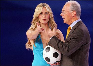 图文:世界杯抽签仪式现场 美女主持明眸善睐