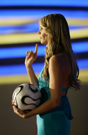 图文:世界杯用球亮相抽签仪式 名模海蒂-克鲁姆