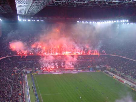 组图:米兰德比火爆异常 双方球迷场内比拼创意