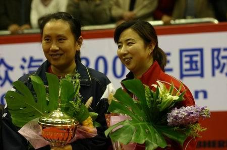 图文:乒联巡回赛总决赛 女双冠军登上领奖台