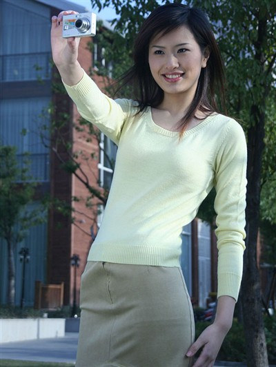 白领美女展示明基x600 搜狐数码天下