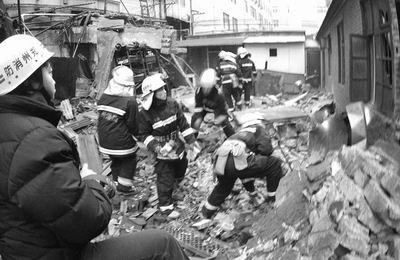 郑州锅炉爆炸1死1伤 消防员徒手扒出遇险者(图)