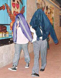 香港初中生光天化日玩淫乱游戏被新闻警告(图初中警方论文图片