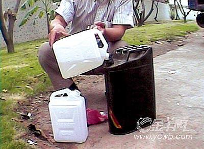 奸商黑手5分钟能造出假汽油如调鸡尾酒(组图)