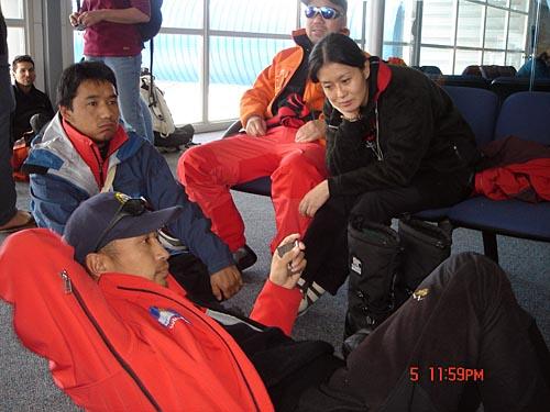 等待被人货混装飞机送去南极的英雄们
