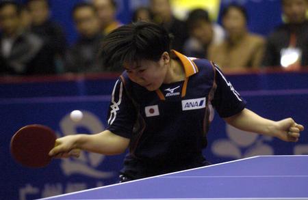 图文:世界杯女子乒球赛四强产生 福原爱比赛中