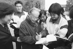 何祚庥为中学生作报告,为学生签名
