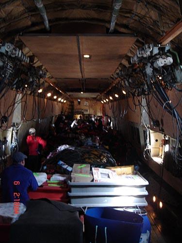 英雄搭乘的人货混装飞机内部写真
