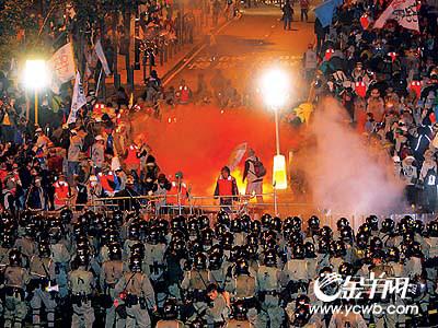 反世贸抗议行动大升级 港警苦战韩国农民(组图)