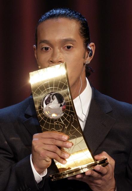 图文:世界足球先生颁奖典礼 小罗亲吻金杯