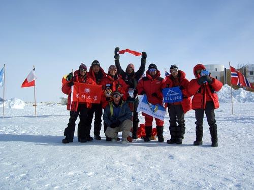 福娃与勇士同登南极点