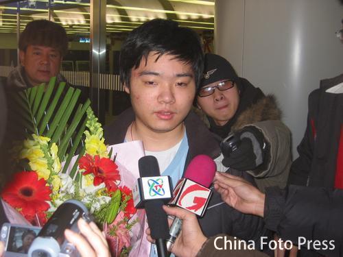 搜狐体育直播台球-丁俊晖载誉回国 在机场接受媒体采 (责任编辑:钱塘潮)图片