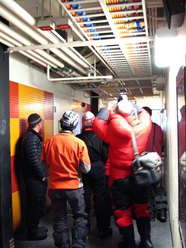 探险队登极点后参观美国极点科考站