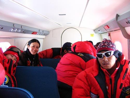 探险队所乘小飞机内部探密