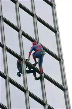法国蜘蛛人25分钟征服187米高楼(图)
