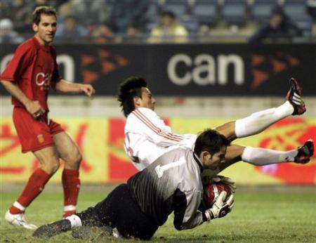 图文:国足0-1纳瓦拉联队 国足进攻被对方破坏