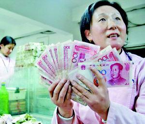 怪异乘客乘公交投币数千元百元钞票(图)