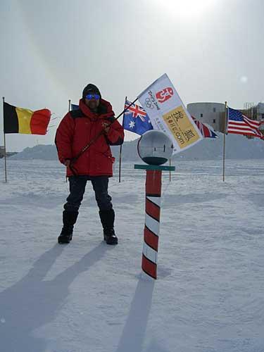 南极点上队员们争相留影