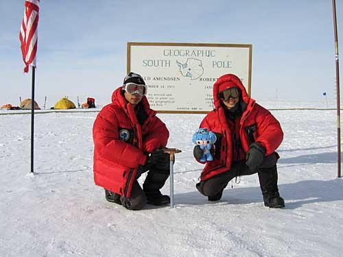 """队员在""""南极点第一人第纪牌""""前"""