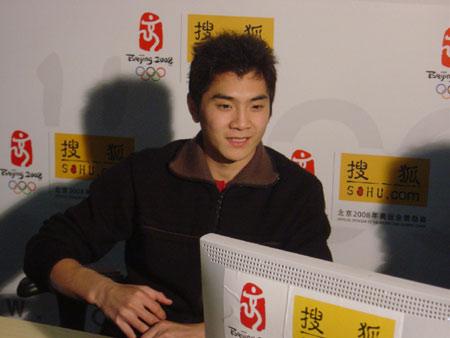 图文:邢傲伟做客搜狐 对网友提出问题很感兴趣