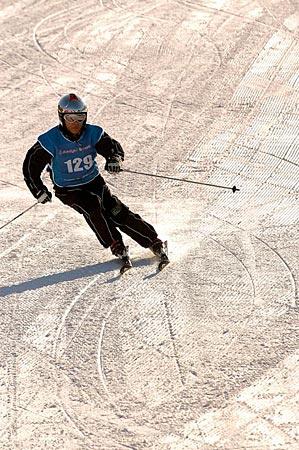 近百滑雪爱好者参赛 铁力士山杯国内赛闭幕