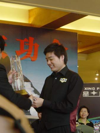 图为丁俊晖领领取中国台球协会颁发的奖杯.(搜狐体育 胡金一/摄)   图片