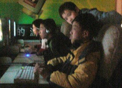 看看黄色的电影_暗藏色情电影网吧内坐满学生只要交钱谁进都行(图)