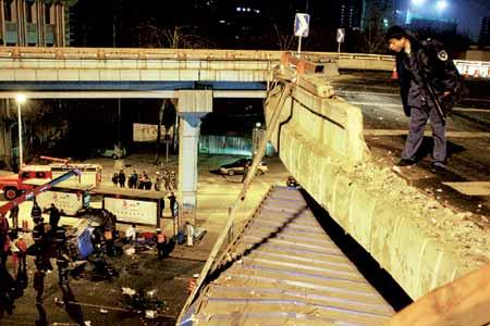 司机酒后驾车撞破护栏翻下8米高桥致5死1伤(图)